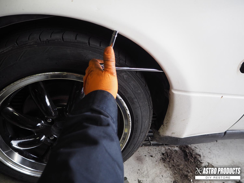 タイヤハウス側からボルトを外す